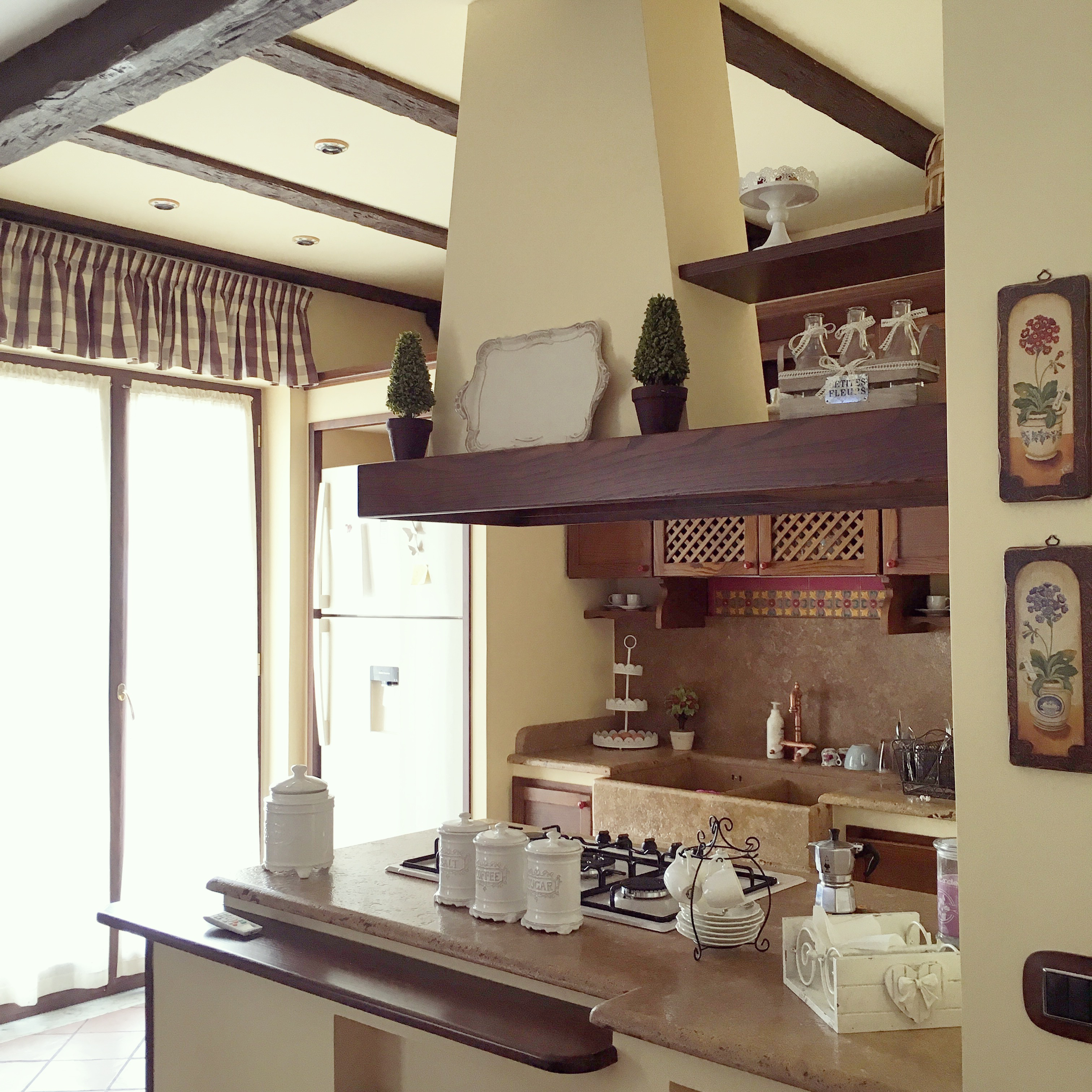 La mia casa tra stile rustico e provenzale the womoms for Arredo casa mia