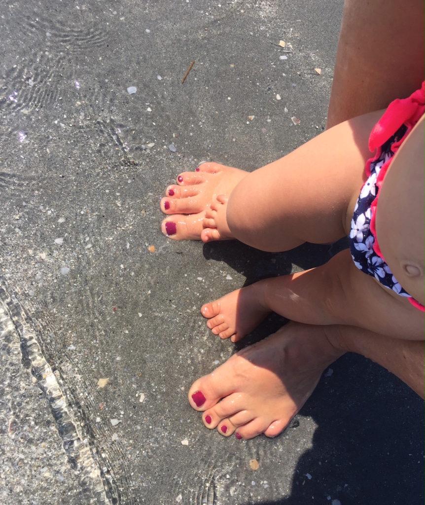 piedi mare mamma bimba